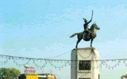 トンブリ朝の始祖タークシン王の騎馬像