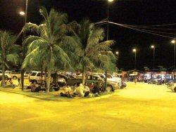 街外れの突き出島(コ・ローイ)には、毎晩屋台が出て賑わっています。
