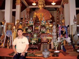お祈りの後本堂内の仏様と記念撮影