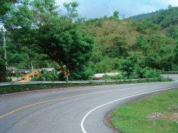 急カーブの多い坂道(高低差もすごい)