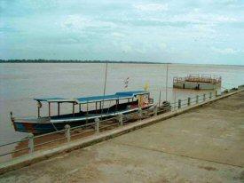 雨季のメコン川(水面が岸スレスレに)
