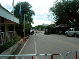 タイ-カンボジア国境(遠くにカジノが見えます)