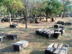 崩れ落ちたままの遺跡の石の建材