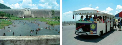 ダムの下からの放水で格好の水遊び場(左) 観光案内(タイ語)付の観光ミニバス(右)