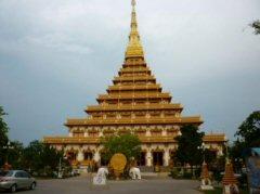 夕日を受け黄金色に輝くノーングウェング寺