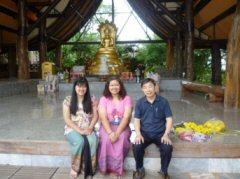 タイ人は仏様を拝みに来るときは正装しています