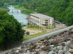 シリキット発電所の全貌(堰堤の高さが実感できますか)