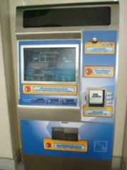 日本では当たり前の紙幣の使える自動発券機