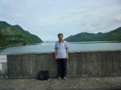 ダム堰堤からダム湖を望む(写真は筆者)