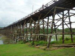 ダム湖に架かるモン木造橋(サンクラブリー)