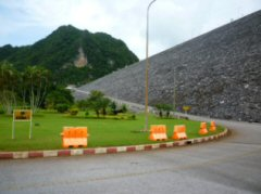 ダム堰堤への上り坂(ワチラロンコン ダム)