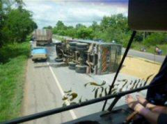 横転したトラック(タイでは珍しくありません)