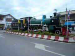 ピサヌローク駅前(昔使われた蒸気機関車)