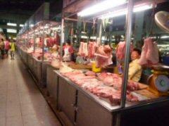 市場の肉売り場(生肉をそのままで販売している)